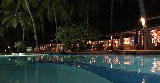 Horubadhoo Island: Night view of the swimming pool and Boli bar!