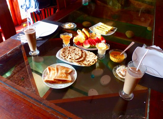 Dickoya, Sri Lanka: breakfast with wood apple smoothies - delicious!