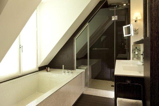 Junior suite bathroom photo de h tel les jardins de la for Les jardins de la villa spa paris france