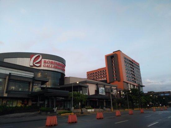 Hotel Pier Cuatro: Nearby Mall (Robinson's Galleria Cebu) 5 mins walk from Pier Cuatro Hotel
