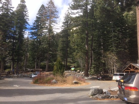 Tahoe City, Californien: parking lot for Eagle Falls/Eagle Lake in early November around 11am (fairly empty); fills up in