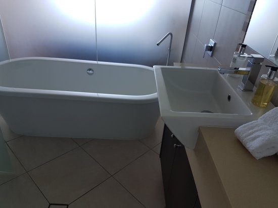 Vue Luxury Apartments Trinity Beach: huge bathroom in 1 bedroom apartment