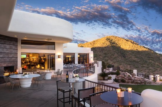 Fountain Hills, AZ: Enjoy an outdoor patio with a view.