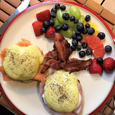 Grand Pre, แคนาดา: Breakfast choice - salmon benny
