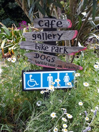 Otaki, Nouvelle-Zélande : Signs at the start of the path. There is a place along to path to park bicycles