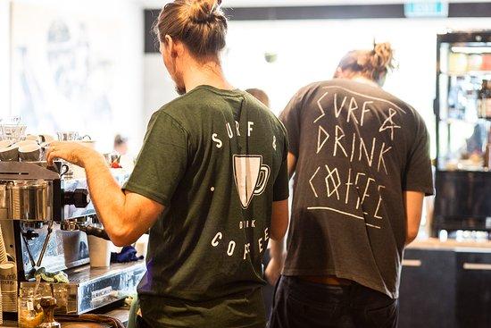 Coolum Beach, Australien: Surf & Drink Coffee tees instore or online