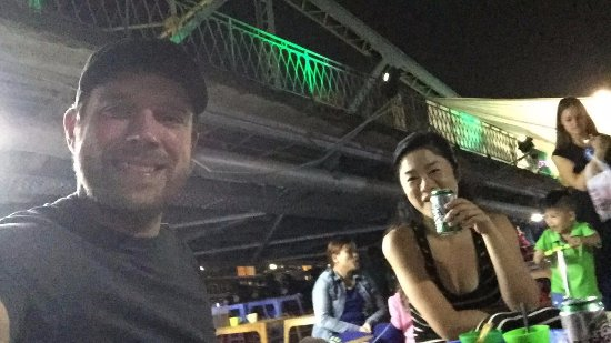 Truong Tien Bridge : happy after the meal