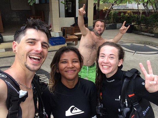 Tulamben, Indonesia: Après plongée avec notre instructeur Valentine et le manager de Dive concept