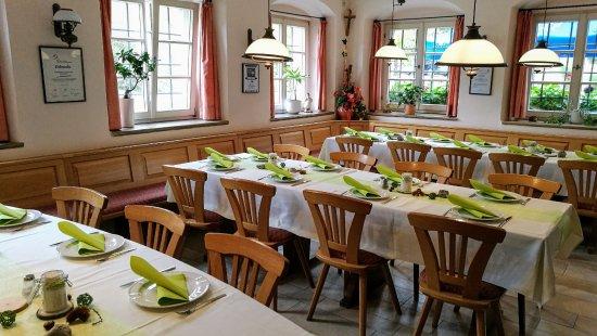 Hilpoltstein, Duitsland: Zum Abendessen sind wir dann im modern möblierten Gastraum.