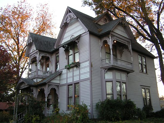 Carleton House Bed & Breakfast: Love this time of year when the leaves change color and there's a nip in the air.