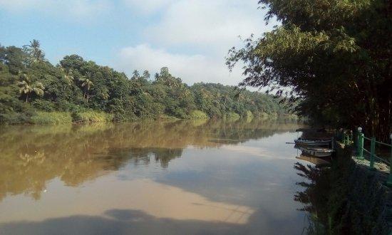 سينامون سيتادل كاندي: Mahaweli Ganga River looking downstream from the hotel grounds.