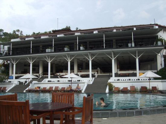 Cinnamon Citadel Kandy: Hotel viewed from pool area.