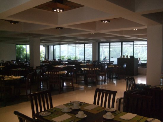 Cinnamon Citadel Kandy: Hotel restaurant. The balcony at the rear offers outdoor eating.