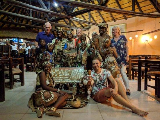 Khorixas, Namibia: Kort på oss och den fantastiska sång- och dansgruppen