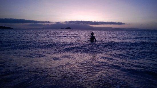 Coralli Beach Apartments: bain de mer en soirée