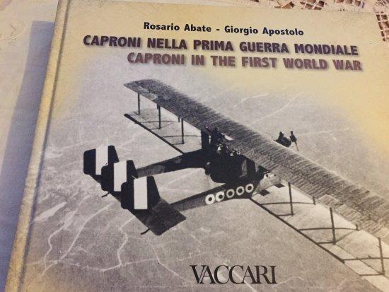 Vizzola Ticino, Italia: Le Grand Père du mari d' Emanuela a construit des Avions et des Motos : CAPRONI. Il y a une supe