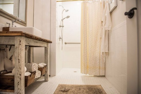 Botanica Day Spa: Shower.