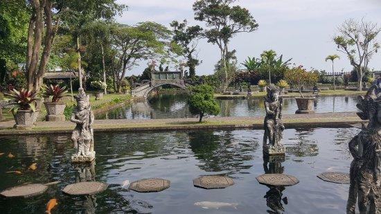 ทีร์ตากังการ์: Statuen und Brücke