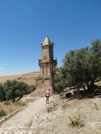 Dougga: Tower (older tnah romans buildings there)
