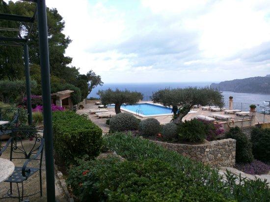 Hotel Sa Pedrissa: Blick über den Pool auf die Bucht.