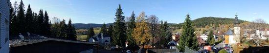 Srni, Τσεχική Δημοκρατία: výhled z pokoje, který je přímo nad hlavním vchodem