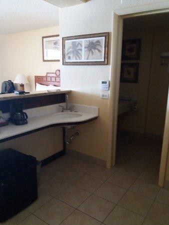 Royal Kona Resort: Pequena área de cozinha