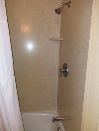 Royal Kona Resort: Banheiro pequeno.