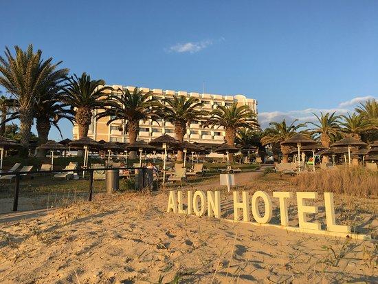 Alion Beach Hotel: Blick vom Strand auf die Hotelanlage