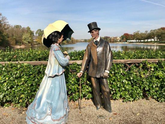 Гамильтон, Нью-Джерси: 2 lovely statues by the little lake !