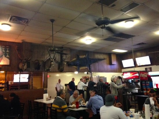 Angelo's Barbque: Gigantic seating area, speedy and efficient service.
