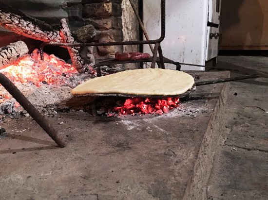 Pietralunga, Włochy: Cooking our Torta al Testo in the fireplace