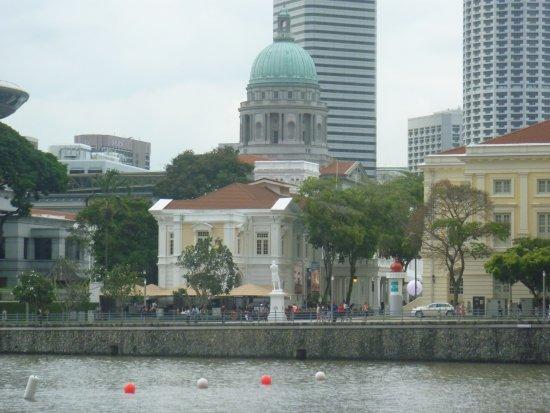 Statue of Raffles: 対岸から見る