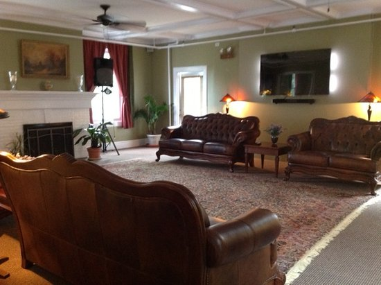Lakeville, CT: Parlor