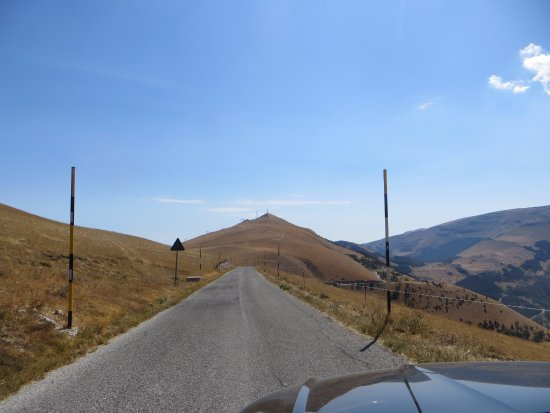 Fiastra, Ιταλία: Bergstrasse bei Bolognola auf 1700m Höhe