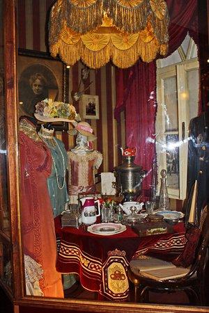 One Street Museum: В музее можно узнать, как одевались модницы того времени или увидеть сервированный стол столовой
