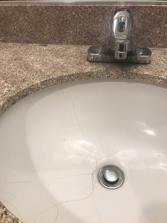 El Castell Motel: Cracked sink