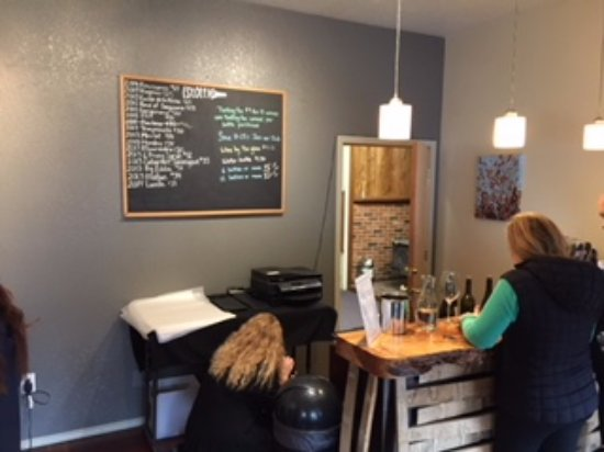 Hoodsport, WA: tasting room indoors