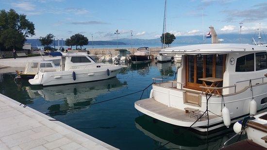 Njivice, Croacia: Hafenansicht