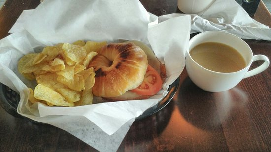 Uvalde, تكساس: The Local Fix have great coffees & foods like this delicious sandwich with chips! ;)