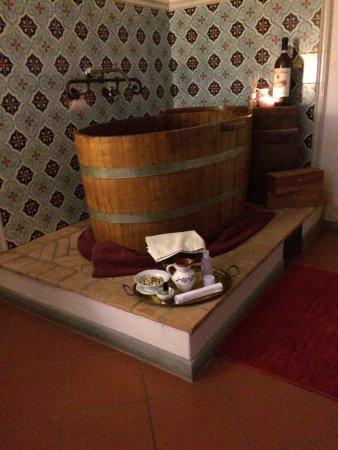 هوتل دي سور باولو: La vasca della vinoterapia