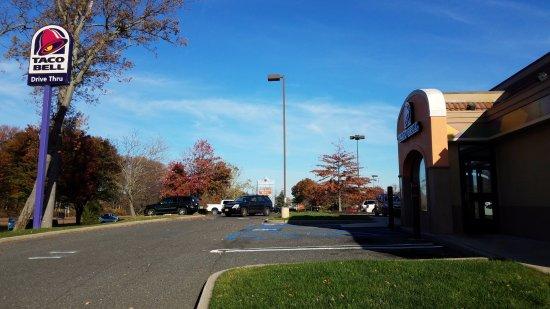 Hazlet, NJ: Has drive thru