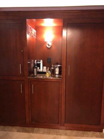 Viana Hotel & Spa, BW Premier Collection: Bar/closet area