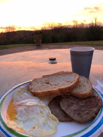 สเตอร์ลิง, แมสซาชูเซตส์: Sunrise breakfast on the new outdoor terrace!
