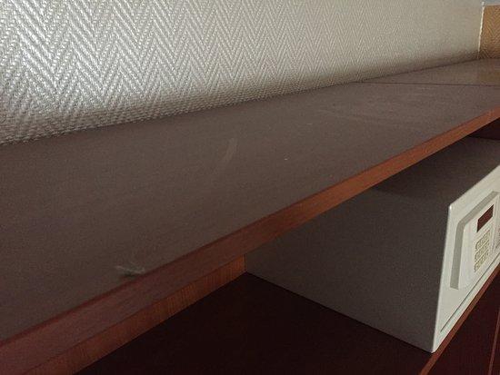 Actor Hotel: A szekrény tetején állt a por.
