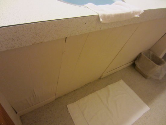 Grand Marais, MI: Room is in bad need of maintenance (water damage)