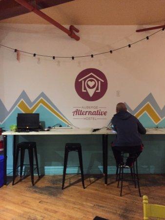 Alternative Hostel of Old Montreal: Public area- Reception place open 7:30 am