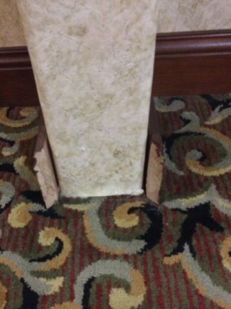 Comfort Inn & Suites Near Comanche Peak: Hallway molding needs repair