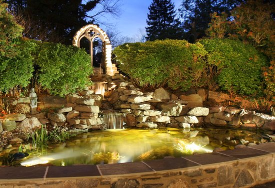 Chester Heights, เพนซิลเวเนีย: Waterfall at night.