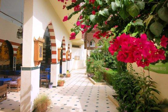 Hotel Sheherazade: Durchgang zum Hof / den Zimmern, links Frühstück