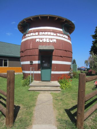 Grand Marais, MI: Super cute - who would think there is a second story inside?!